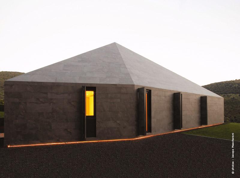 Alpes suisses maison d 39 architecte une roche pos e dans - Maison campagne suisse fovea architects ...