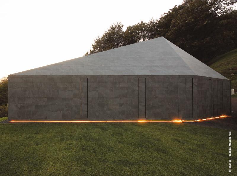 Alpes suisses maison d 39 architecte une roche pos e dans for 3 suisses maison