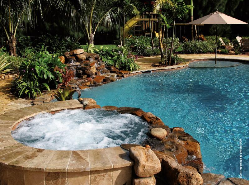 Rev tement de piscine de nouvelles tendances for Distance entre piscine et local technique