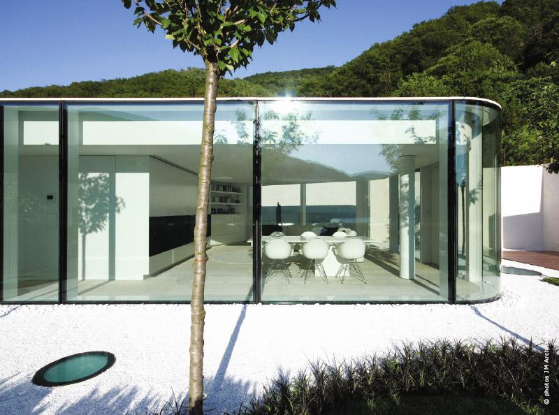 une ceinture de verre arrondie aux angles traits d 39 co magazine. Black Bedroom Furniture Sets. Home Design Ideas