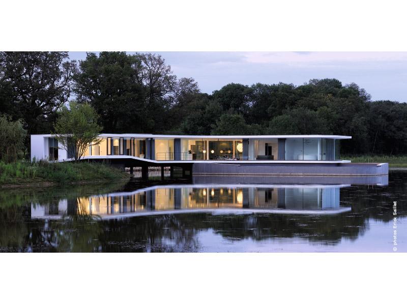 white snake house une maison l 39 architecture insolite traits d 39 co. Black Bedroom Furniture Sets. Home Design Ideas