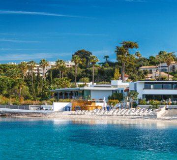 Dans une crique du Cap d'Antibes : Beach Hotel