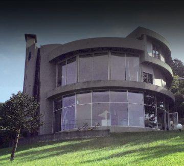 La maison ronde plantée sur les Monts d'Or